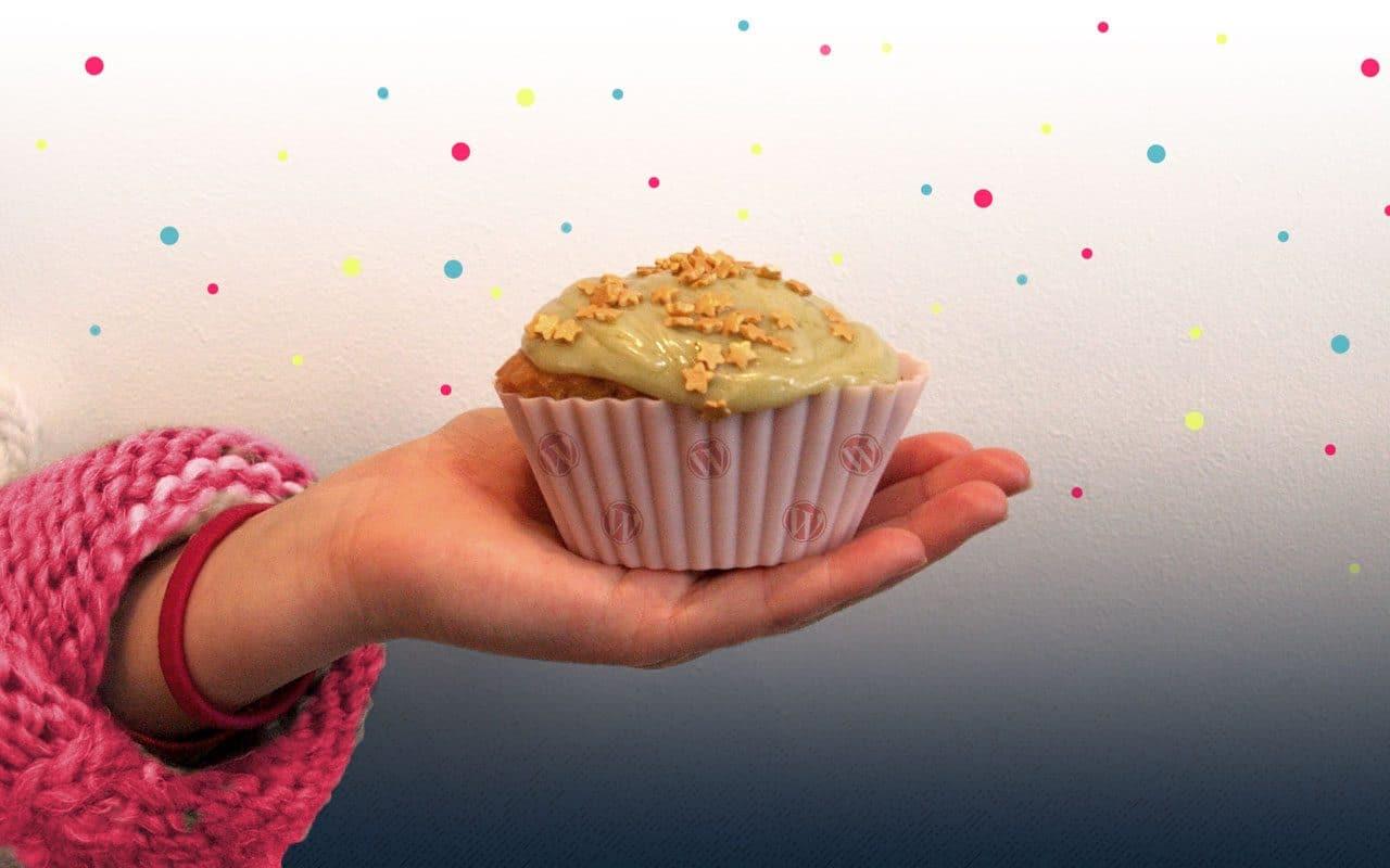 un cupcake dans la main